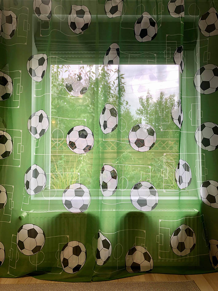 Perdele teren si mingi fotbal